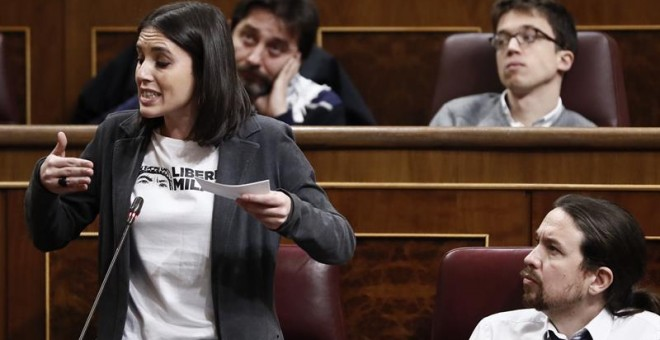 La portavoz parlamentaria, Irene Montero (abajo-i), junto al líder de Podemos, Pablo Iglesias (abajo-d), el secretario de Estrategia Política, Íñigo Errejón (arriba-d), y el diputado Rafa Mayoral (arriba-2d), durante su intervención hoy en la sesión de co