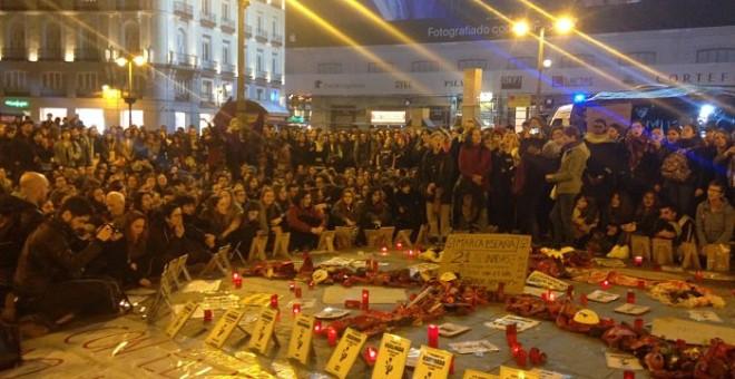 Centenares de personas se concentraban en la Puerta del Sol para apoyar a las 5 mujeres en huelga de hambre.PÚBLICO