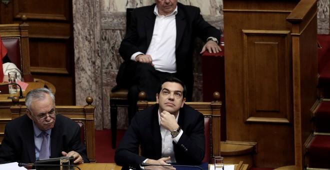 El primer ministro griego, Alexis Tsipras, en la sesión del Parlamento griego en la que defendió la vuelta de la troika para concluir la revisión del tercer plan de rescate. REUTERS/Alkis Konstantinidis