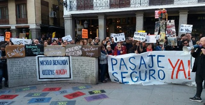 Centenares de personas se reúnen frente al Ministerio de Asuntos Exteriores en Madrid. PÚBLICO