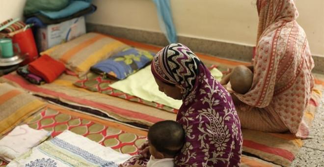 Dos mujeres sostienen a sus bebés en el centro Hope de la organización Destitute Women and Children (HDWC) en Mohammadpur en Dacca (Bangladesh)  EFE/Abir Abdullah