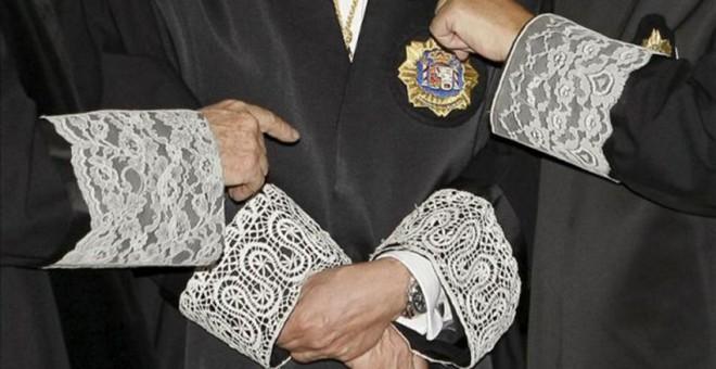 Imagen de una conversación de jueces vestidos con sus togas. EFE