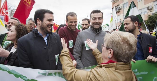 el coordinador general de Izquierda Unida, Alberto Garzón, y el coordinador general de IU Andalucía, Antonio Maíllo,d., durante la Marcha de la Dignidad en Sevilla. EFE/Pepo Herrera