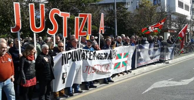 Dos centenares de personas han protestado este viernes frente a los juzgados de Vitoria por el archivo de la querella contra la matanza del l3 de marzo de 1976. - Martxoak3