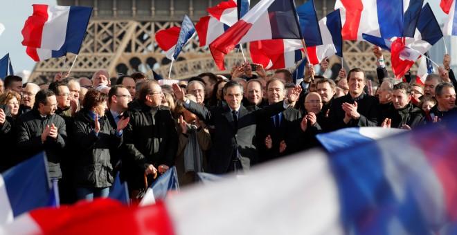 François Fillon saluda a los seguidores que salieron a la calle este domingo. - REUTERS