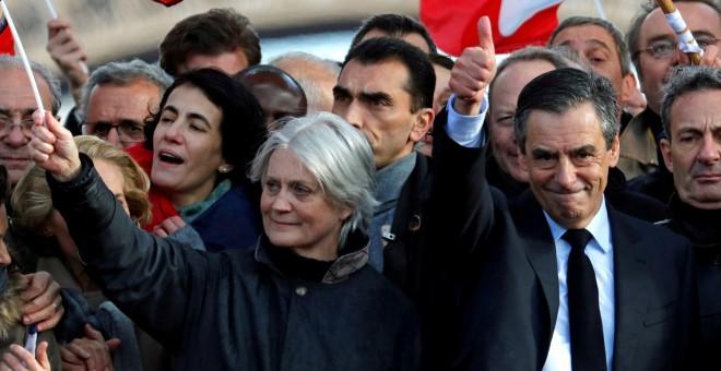Francois Fillon acompañado por su mujer, Penelope. - REUTERS