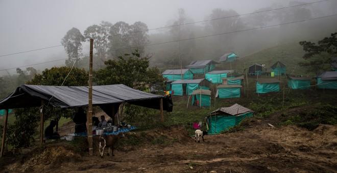 Cabañas de plástico en las que viven los guerrilleros desmovilizados de las FARC en la zona veredal de La Fila, en la región de Tolima.- JAIRO VARGAS