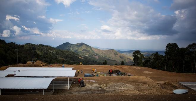Máquinas y obreros contratistas trabajan en la zona veredal de La Elvira, donde viven casi 300 guerrilleros de las FARC.- JAIRO VARGAS