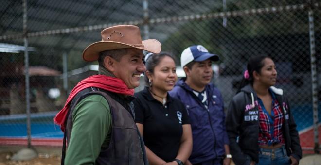 Varios guerrilleros de las FARC charlan en la zona veredal de transición de La Elvira, en el Cauca.- JAIRO VARGAS