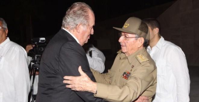 Raúl Castro recibe a Juan Carlos de Borbón en la Plaza de la Revolución (La Habana). Foto: Casa Real