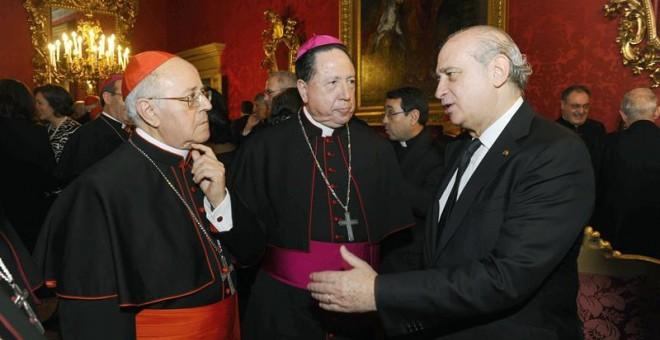 A la derecha, el antiguo ministro del Interior, Jorge Fernández Díaz, con Ricardo Blázquez, presidente de la Conferencia Episcopal, y entre ellos, otro prelado. | EFE