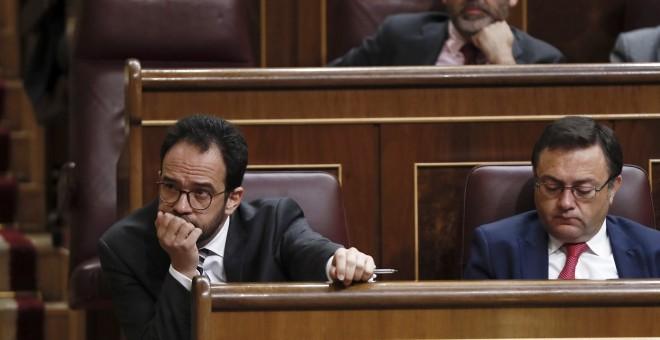 El portavoz del Grupo Socialista en el Congreso, Antonio Hernando, durante el pleno del Congreso donde el presidente del Gobierno, Mariano Rajoy, expone las conclusiones del último Consejo Europeo EFE/Mariscal
