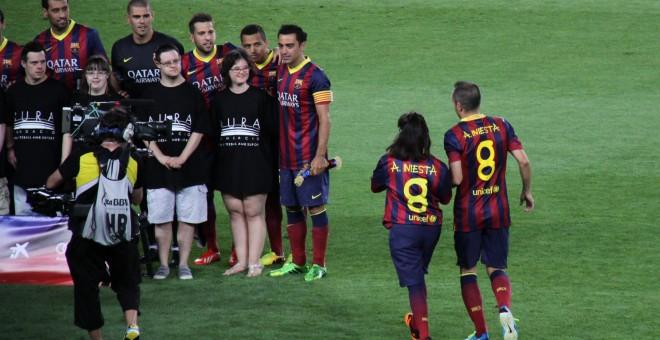 Anna Vives junto a Andrés Iniesta en el Camp Nou / MONTSERRAT VIVES