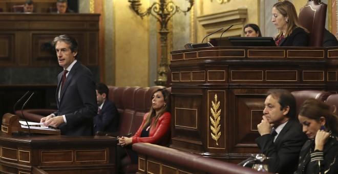 El ministro de Fomento, Íñigo de la Serna, durante su intervencion en el pleno del Congreso de los Diputados, donde se debate la convalidación del Real Decreto Ley que reforma la estiba. EFE/Ballesteros