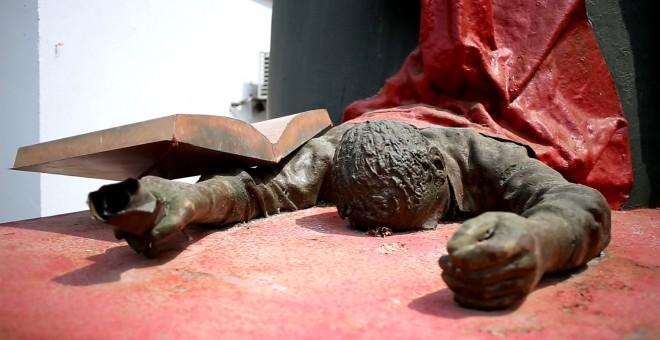 Monumento al maestro caído en la ciudad de Montería, Córdoba, Colombia.- JAIRO VARGAS