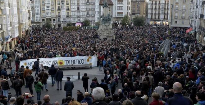 Cientos de ciudadanos y representantes de partidos, sindicatos y diversos colectivos sociales durante la manifestación en Vitoria para exigir el cierre definitivo de la central nuclear Garoña.- EFE/ADRIÁN RUIZ DE HIERRO