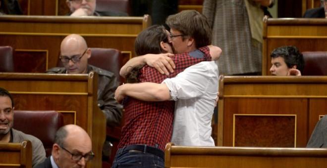 Abrazo entre Pablo Iglesias y Xavier Domènech, al finalizar el Pleno de este martes. PODEMOS