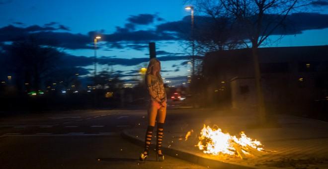 Una mujer en prostitución en el polígono Marconi de Madrid. JAIRO VARGAS