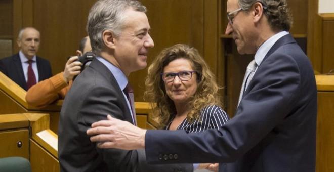 El lehendakari, Iñigo Urkullu, saluda al presidente del PP vasco, Alfonso Alonso, al inicio del pleno de este jueves en el Parlamento. EFE/José Ramón Gómez