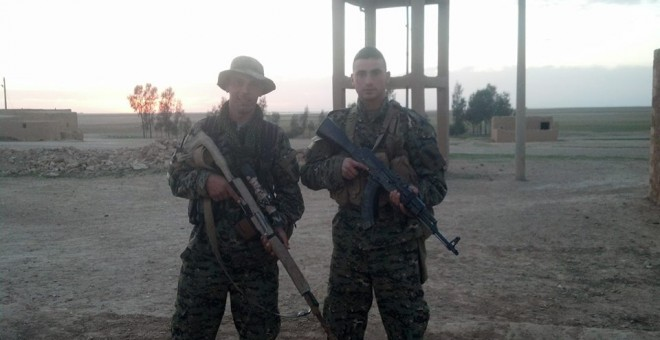 Arges Artiaga, el militar gallego que se propuesto crear un nuevo grupo de combate contra el ISIS (izq) junto a otro militar.