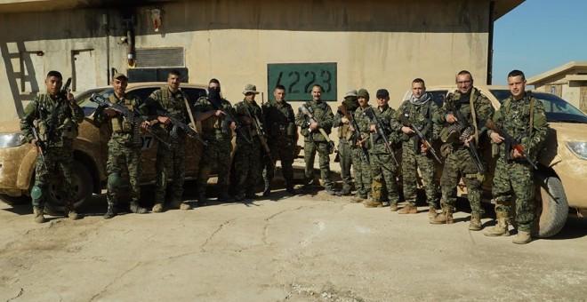 Arges Artiaga junto al resto del grupo de combate.