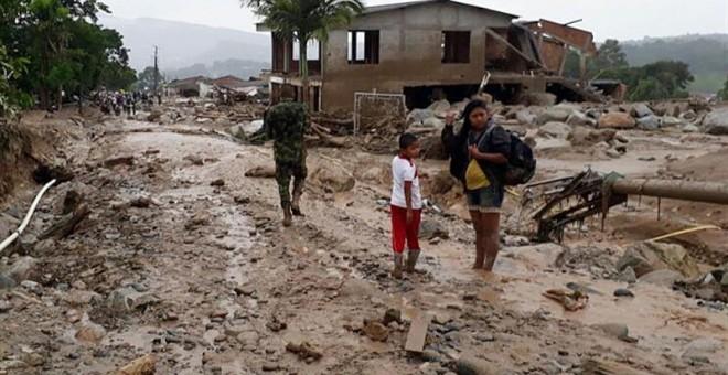Imagen de una calle de Mocoa (Colombia) tras la avalancha ocurrida con el desordamiento de tres ríos. Imagen cedida por el ejército colombiano.