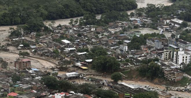 Fotografía cedida por la presidencia de Colombia de un área luego de una avalancha hoy, sábado 1 de abril de 2017, en Mocoa (Colombia). Santos afirmó hoy que se elevó a 154 la cifra de muertos por la avalancha de tres ríos que destruyeron varios barrios d