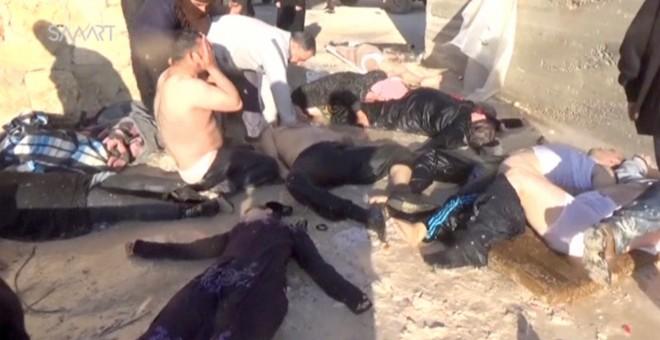 Cuerpos tendidos tras el ataque aéreo en Jan Sheijun (Siria). /REUTERS