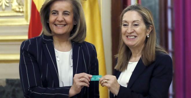 La ministra de Empleo y y Seguridad Social, Fátima Baéz, entrega a la presidenta del Congreso, Ana Pastor, el pen-drive con el informe anual 2016 del Fondo de Reserva. EFE/Sergio Barrrenechea.