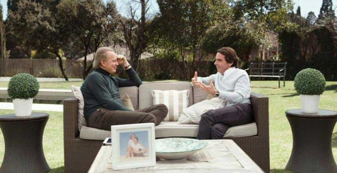 Fotografía facilitada por Telecinco que muestra al expresidente del Gobierno José María Aznar (d) que ha participado en el programa 'Mi casa es la tuya', presentado por Bertín Osborne. | EFE