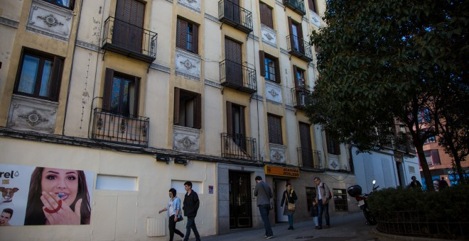 Entrada al bloque de pisos en el que viven los vecinos a los que Urbania no quiere renovar el alquiler.- J. V.