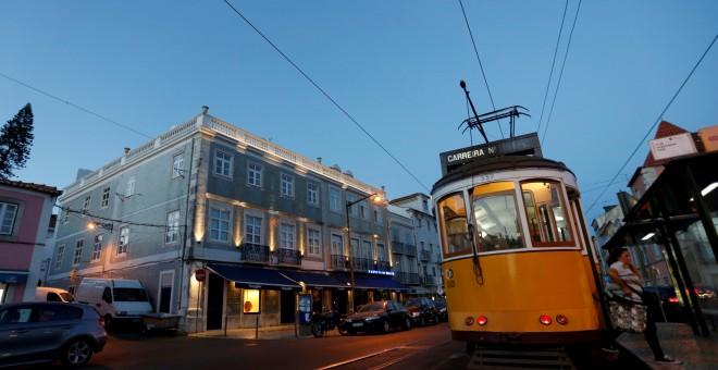 Un tranvía pasa por el centro de Lisboa, Portugal. REUTERS/Rafael Marchante