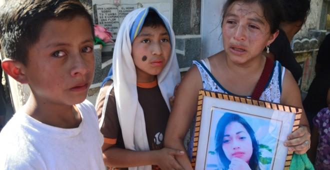 Cari Álvarez porta la foto de su sobrina, Siona Hernández, de 17 años, fallecida junto a 40 niños en el Hogar Seguro de Guatemala.