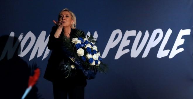 La líder del Frente Nacional, Marine Le Pen, lanza un beso al aire tras participar en un mitin de las presidenciales francesas en localidad de Monswiller, cerca de Estrasburgo. REUTERS/Christian Hartmann