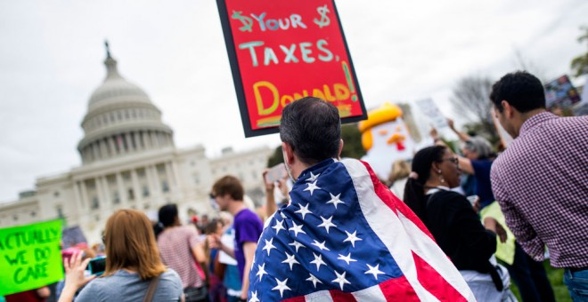 Miles de manifestantes piden a Trump que publique sus declaraciones de impuestos en Washington. EFE