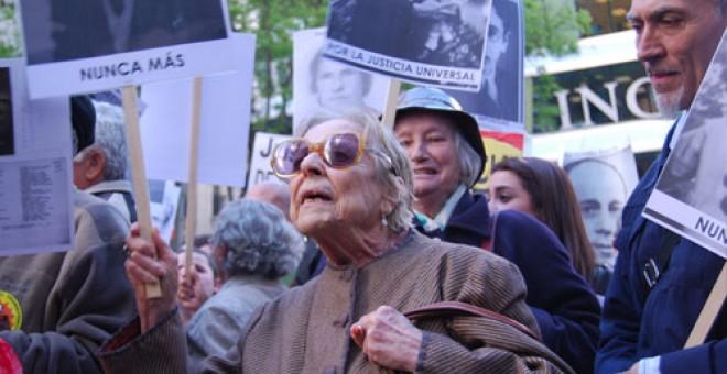 Carmen Arrojo en la concentración en la Audiencia Nacional en apoyo al juez Baltasar Garzón. 14 de mayo de 2010 / JAVI LARRAURI