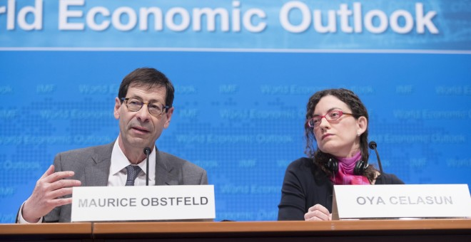El economista jefe del Fondo Monetario Internacional (FMI), Maurice Obstfeld (i), y la jefa de estudios del Departamento de Investigación del FMI, Oya Celasun (d), durante la presentación del 'World Economic Outlook' en Washington. EFE/Michael Reynolds