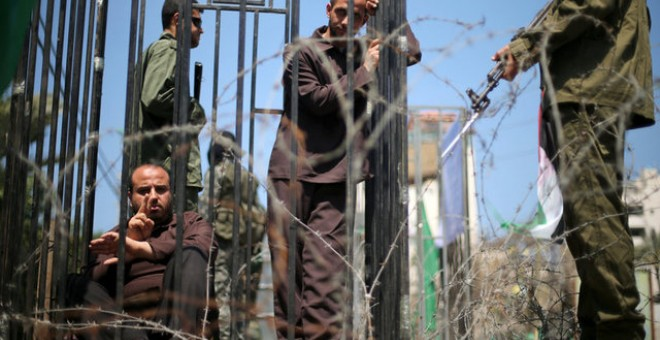 Manifestantes se disfrazan de presos palestinos y soldados israelíes durante protestas el 17 de abril de 2017 en la ciudad de Gaza en apoyo a la huelga de hambre de los prisineros palestinos encarcelados en Israel / REUTERS (Mohammed Salem)