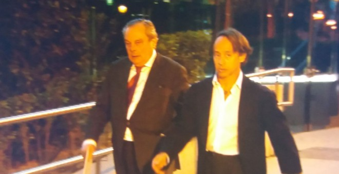 El empresario de la 'jet set' Adrián de la Joya, junto a su abogado a la salida de la Audiencia. PÚBLICO