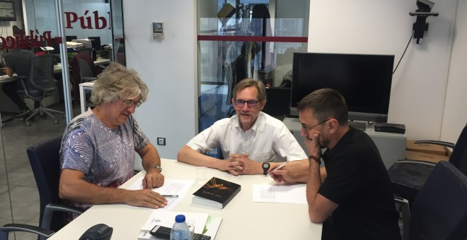 El profesor Bob Jessop en el momento de la entrevista en la redacción de Público junto a Carlos Prieto y Juan Carlos Monedero