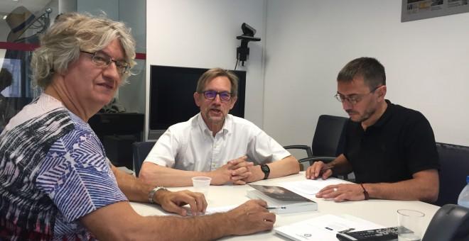 El profesor Bob Jessop en el momento de la entrevista en la redacción de 'Público' junto a Carlos Prieto y Juan Carlos Monedero