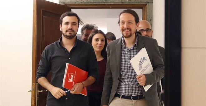 El secretario general de Podemos, Pablo Iglesias (d), y el líder de IU, Alberto Garzón. - EFE