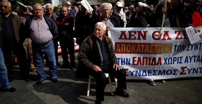 Los pensionistas griegos participan en una manifestación en contra de los recortes planeados en Atenas, Grecia 4 de abril de 2017. REUTERS / Alkis Konstantinidis