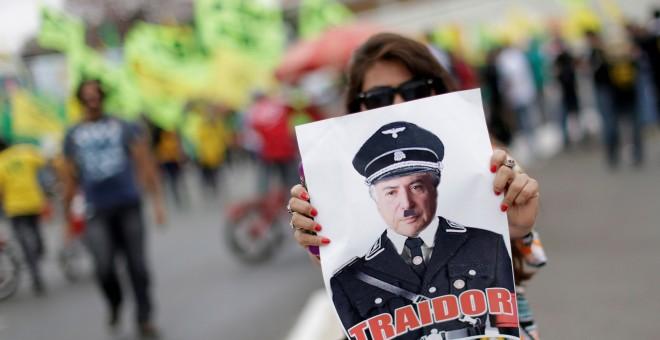 Una manifestante sostiene una pancarta en la que pide la salida de Temer del gobierno en las protestas de este viernes. REUTERS/Ueslei Marcelino