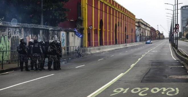 Miembros de la policía intentan desbloquear algunas calles que fueron bloqueadas por manifestantes hoy, viernes 28 de abril de 2017, durante una protesta por la 'huelga general' que se adelanta en el país, en Río de Janeiro (Brasil). EFE