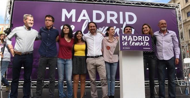 Los dirigentes de Podemos Julio Rodríguez, Íñigo Errejón, Isabel Serra, Pablo Iglesias e Irene Montero, entre otros, durante el acto 'Madrid se levanta'. EFE/Fernando Villar