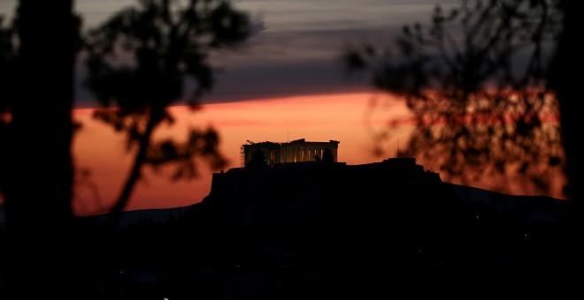 El Parthenon iluminado en la Acrópolis de Atenas. REUTERS
