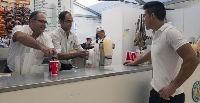 Trabajadores de una barra de una caseta de la Feria de Sevilla