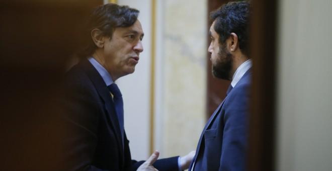 El portavoz del grupo popular, Rafael Hernando, habla con el secretario general del grupo de Ciudadanos, Miguel Gutiérrez, en el Congreso. EFE/Fernando Alvarado