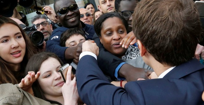 Macron durante su visita de campaña a Rodez.- REUTERS